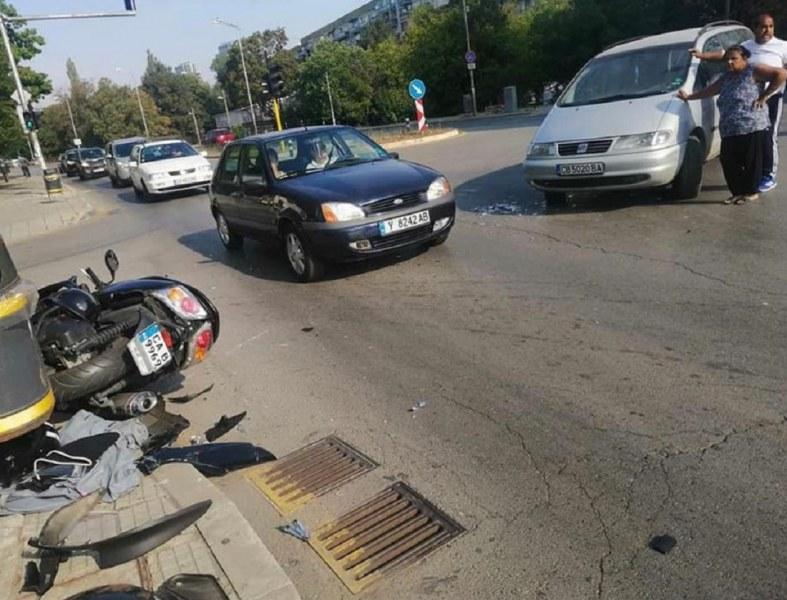 Кола отнесе мотопед пред онкологията в
