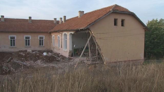 Багер, извикан да копае, бутна стена на училище в Казанлъшко