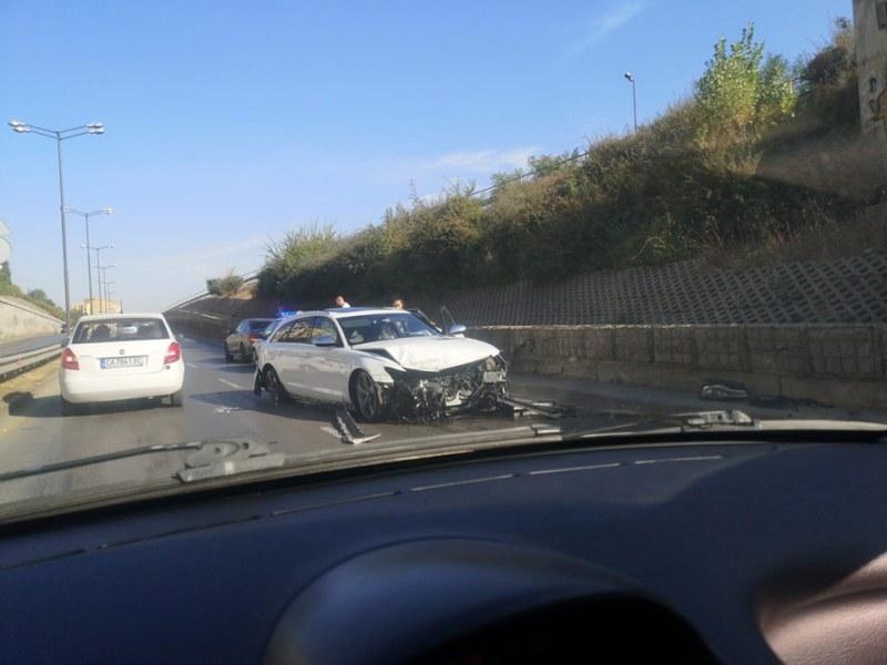 БМВ е с размазана предница след жесток удар на столичен булевард