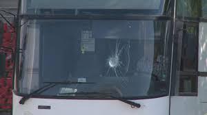 Екшън край Карлово! Младеж се обиди на шофьор и започна да мята камъни по автобус, пълен с хора