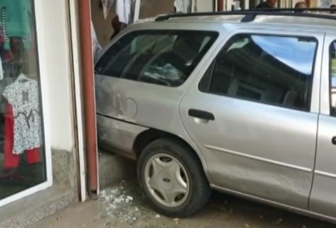 Пияният, който заби колата си в магазин, плашил свидетелите с... пистолет