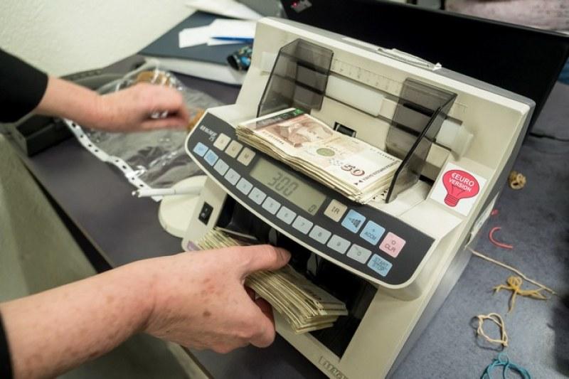 Кои банки вдигат таксите и с колко? Май ще ви стане лошо...