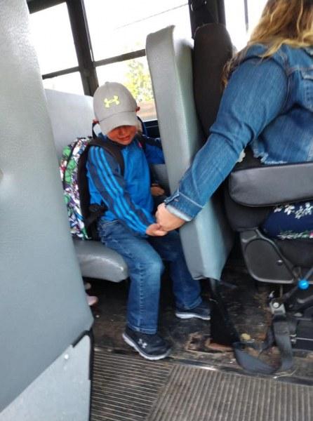 Трогателна картинка: Уплашени детски очи и една протегната ръка за кураж в училищен автобус