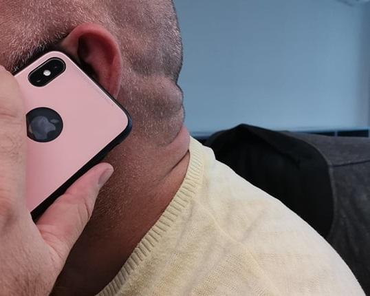 Студент изхвърча от ВУЗ заради розов телефон. Гей ли е? Русия се разтревожи!