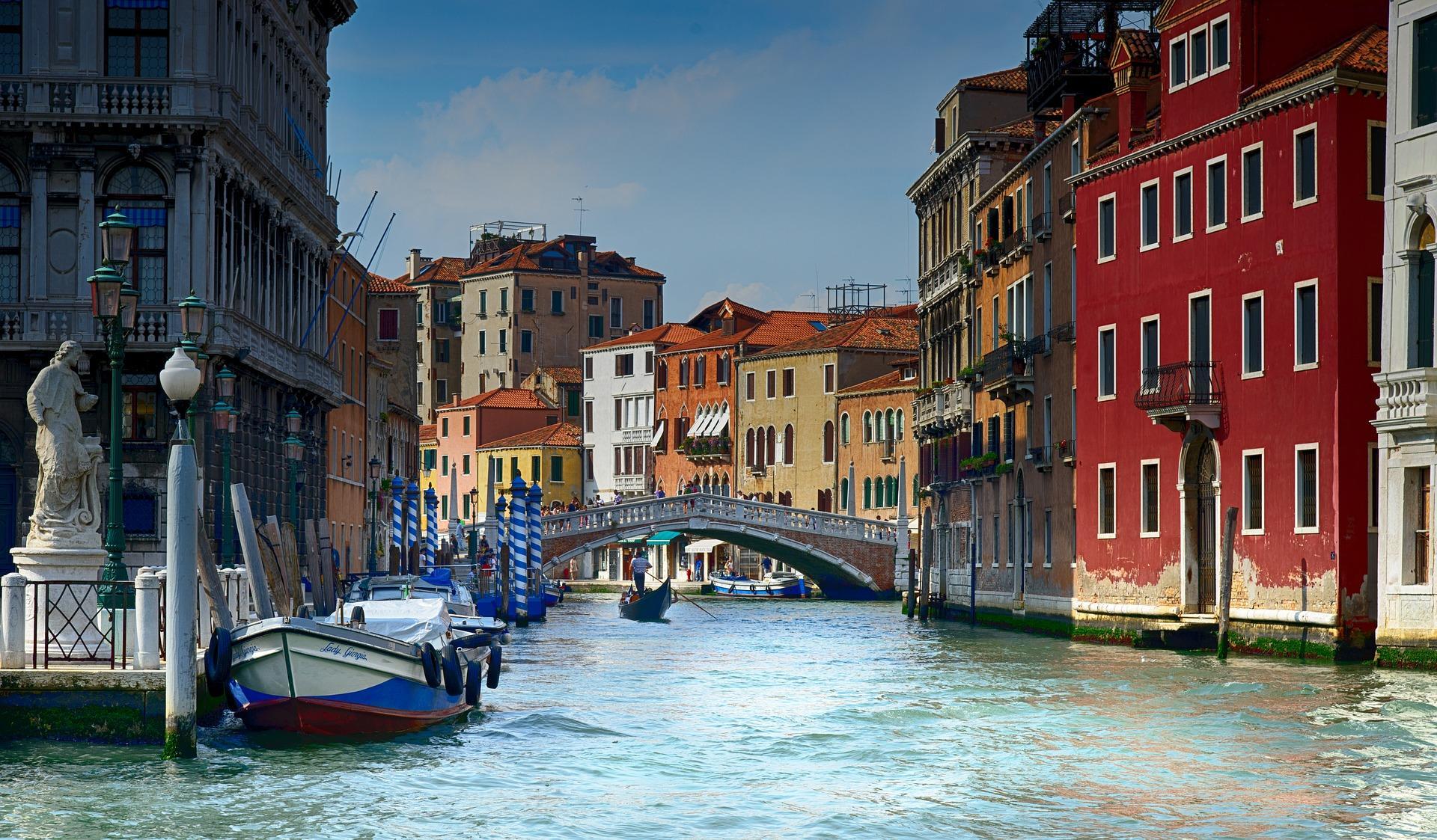Туристи се изкъпаха голи в каналите във Венеция. Арест и глоба, по €3000
