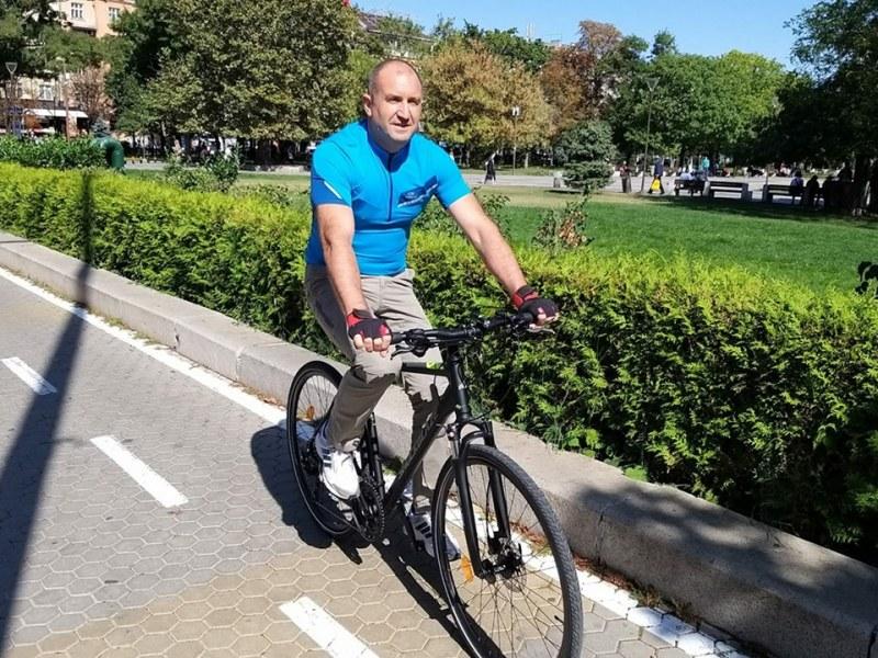 Президентът – на педалите! Радев покара колело из столичния център. НСО къде са?