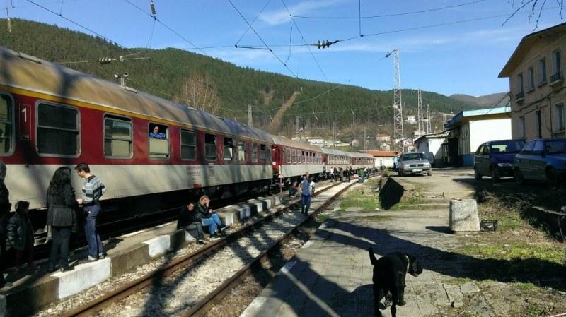 186 пътници висят 175 минути на гара Търнак. БДЖ се извинява и се обяснява