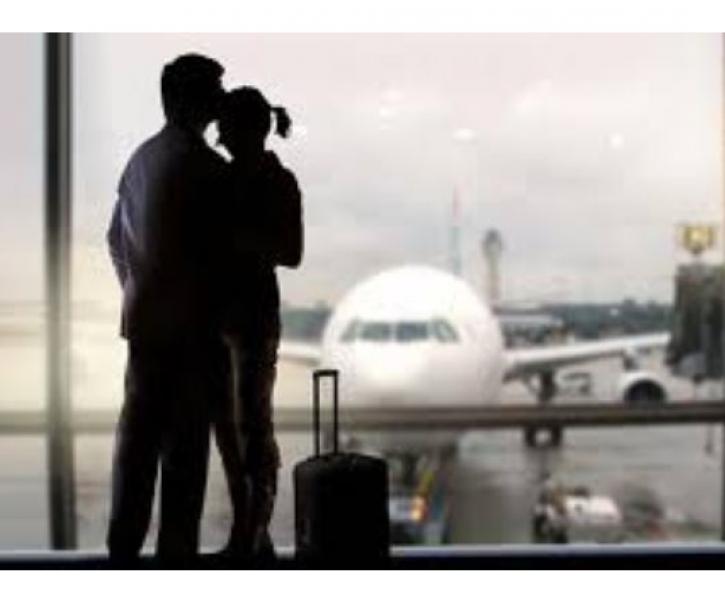 Романтичен... до затвор! Съпруг направи красив жест към жена си на летището, но съжали