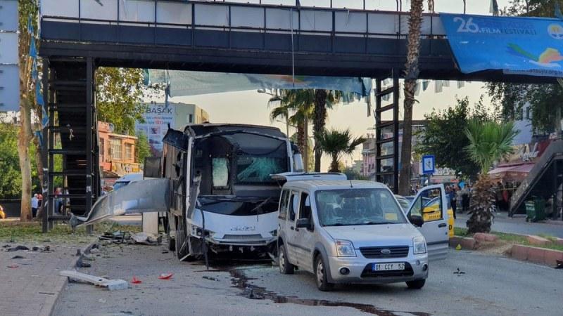 Бомба избухна на метри от автобус с полицаи в Турция. Има ранени