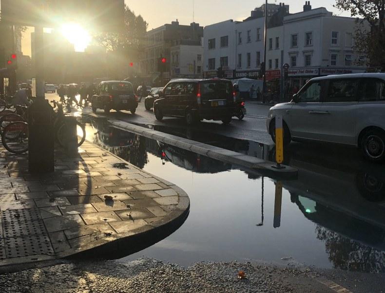 Лондон се наводни: Сериозен хаос с трафика, прокапаха метростанции!