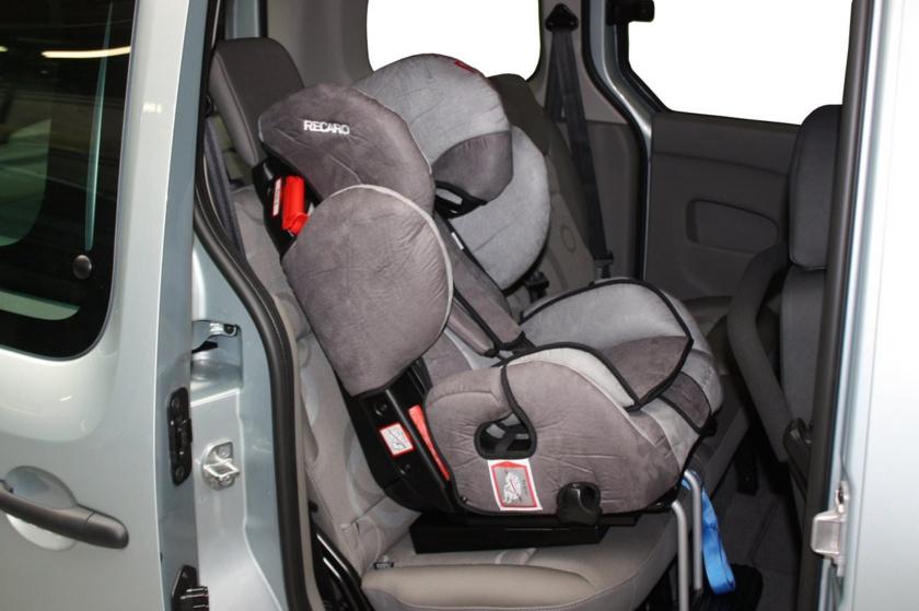 Детското столче в колата... Докога децата се возят в него?