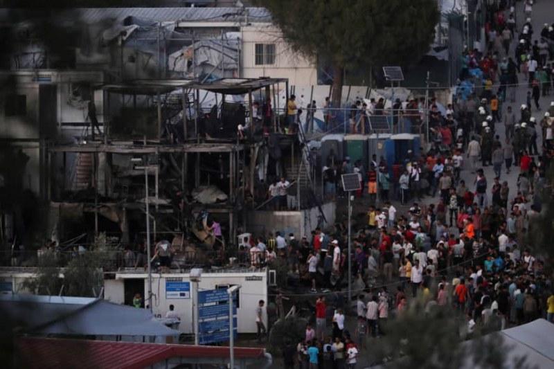 Пожар и безредици в бежански лагер на остров Лесбос. Има загинали