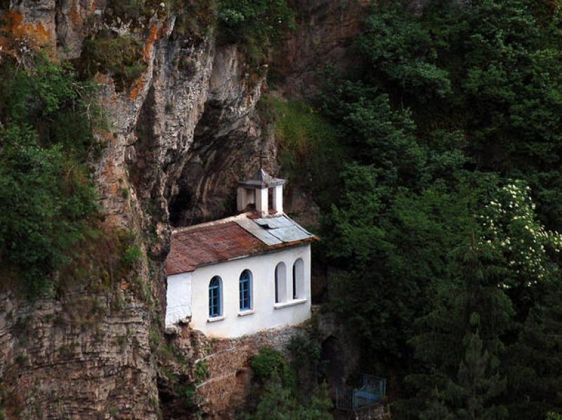 Три пъти опожаряван от турците, но действащ и до днес – Разбоишкият манастир!