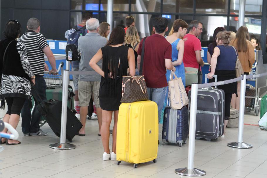 ВУЗ-овете ни опустяват! 10 училища на година стягат куфарите за в чужбина