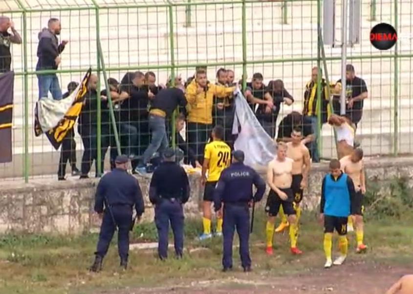 Ботев (Пловдив) разглобен във Враца, фенове съблякоха играчите