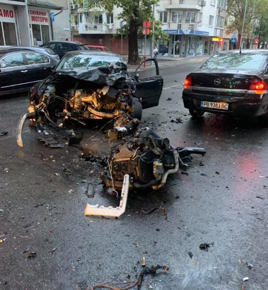 Тежка катастрофа на пловдивски булевард, Ауди остана без предница