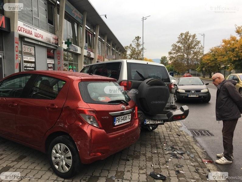 Пиян с БМВ се размаза в шест пракирани коли до търговски център в Пловдив СНИМКИ