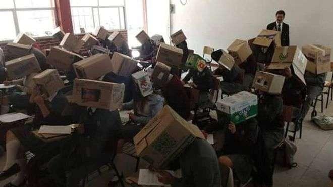 Не гледай! Учител сложи кашони на главите на ученици, за да не преписват