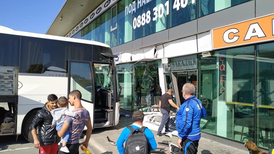От последните минути: Автобус се блъсна челно в софийска автогара СНИМКИ