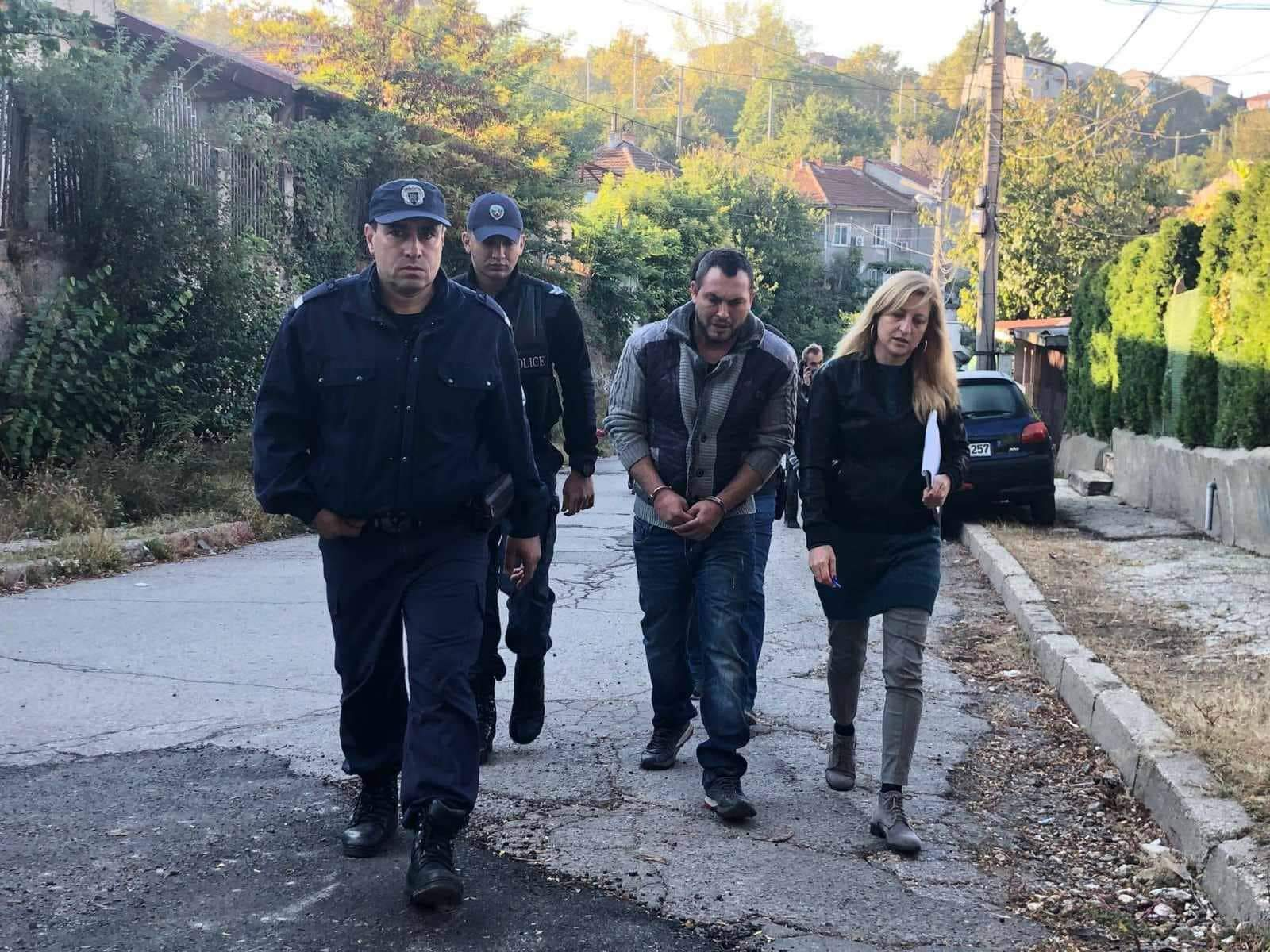Зверството в Русе: 7 безответни удара с нож, кръв по улицата, гаража, стълб…