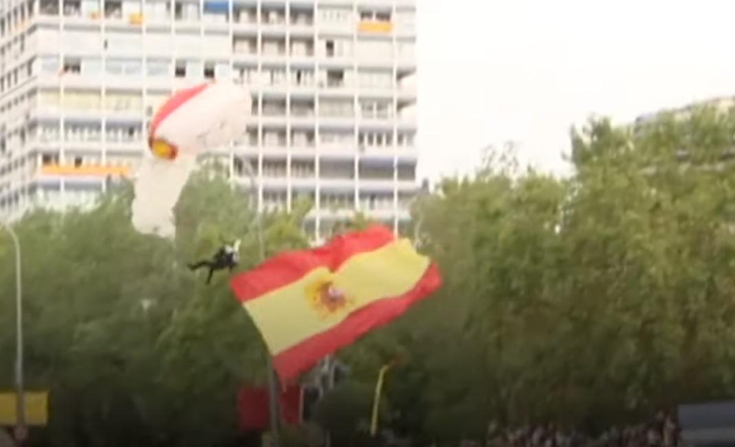 Пред очите на краля: Парашутист се приземи върху уличен стълб на парад в Испания ВИДЕО