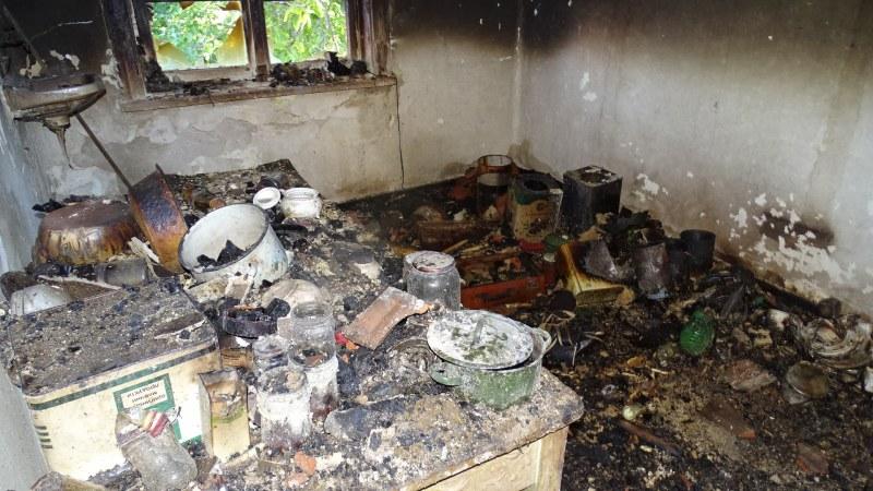 Пожар изпепели жилище в Бургас, мъж трябваше да скочи от терасата