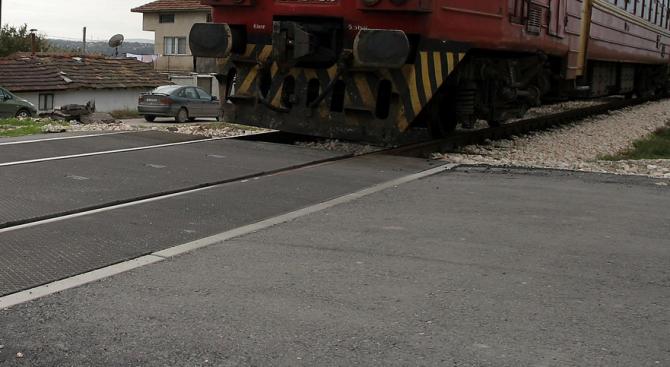 Влак блъсна кола на прелез в Кубратово! Загина жена, друга е с опасност за живота