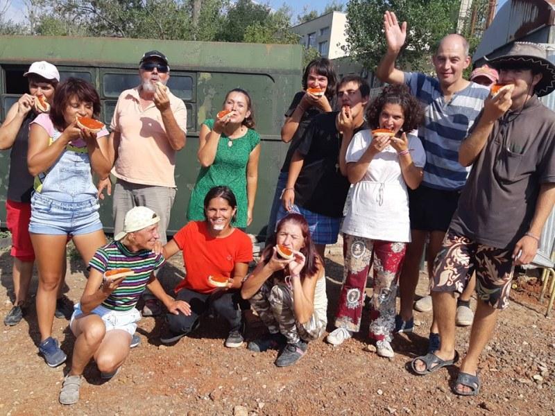 Градина с кауза: Хора с увреждания садят домати, лук, зеле... Дайте им шанс