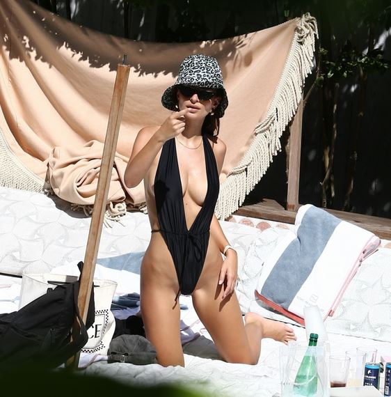 Емили Ратайковски се разгорещи в Маями СНИМКИ/ВИДЕО