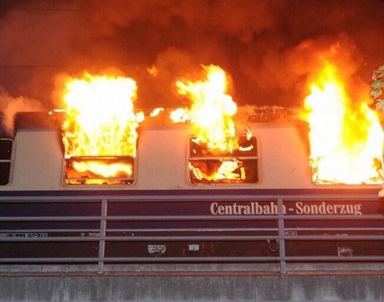 Кошмар! Горя влак с футболни фенове в Берлин, трима са обгорени ВИДЕО