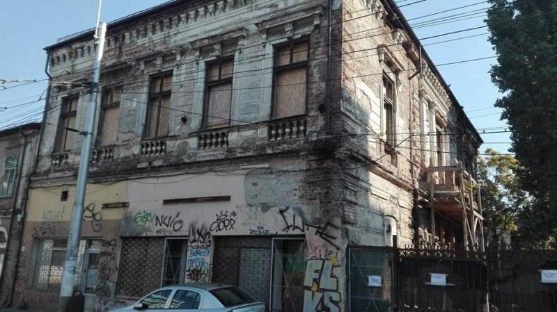 Ромски семейства обитават запуснатата кантора на Евлоги и Христо Георгиеви