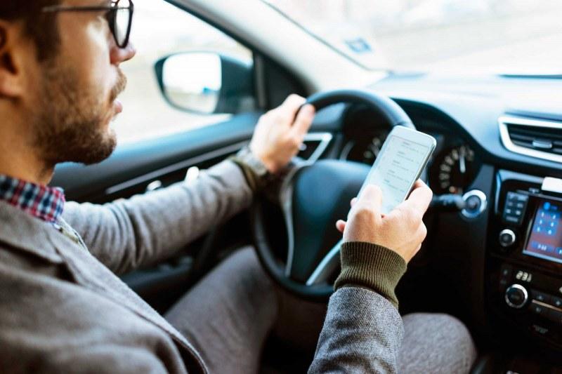 Епидемия: Говоренето по телефона при шофиране е опасно колкото скоростта!