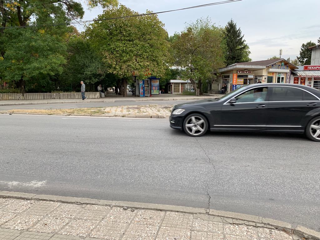 Със 100 км/ч фучат колите през Коматево! Хората искат легнали полицаи