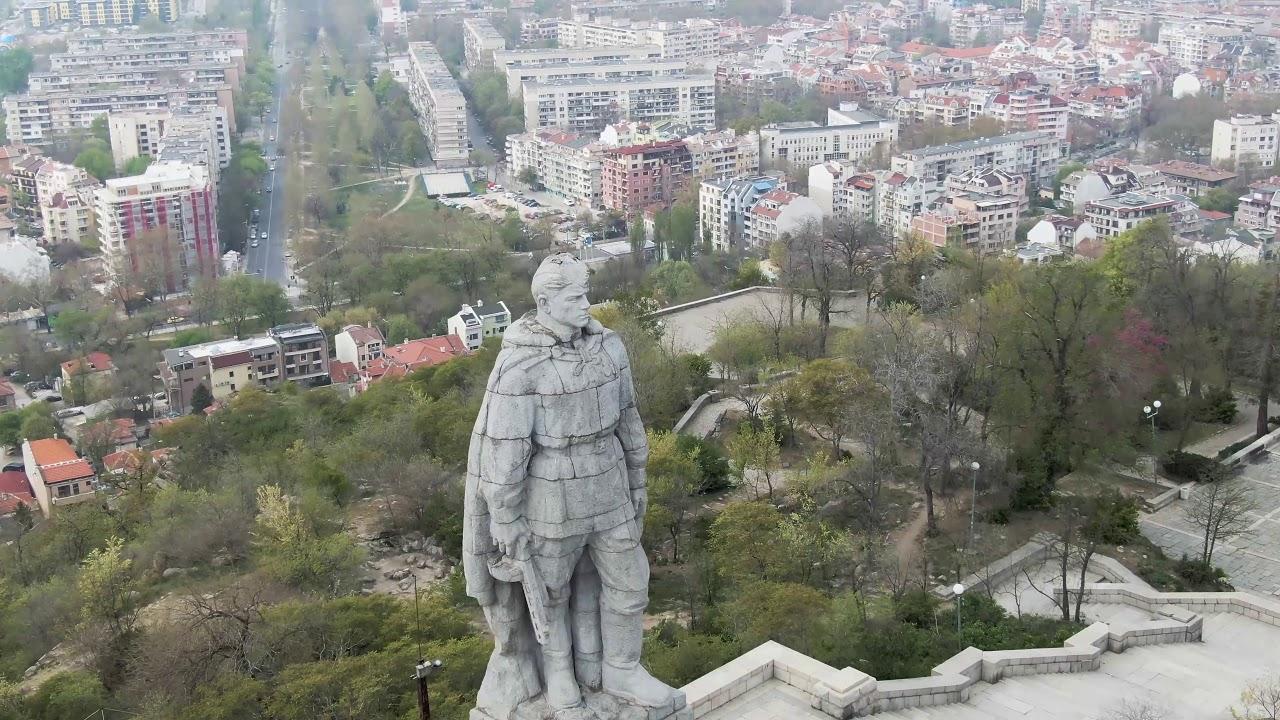 Поредно посегателство: Заляха паметника на Альоша в Пловдив с олио