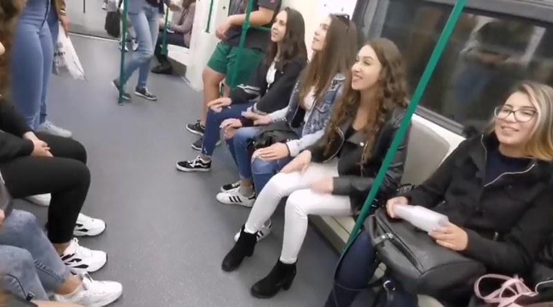 Красота! Млади българки запяха в метрото, накараха всички да настръхнат... ВИДЕО
