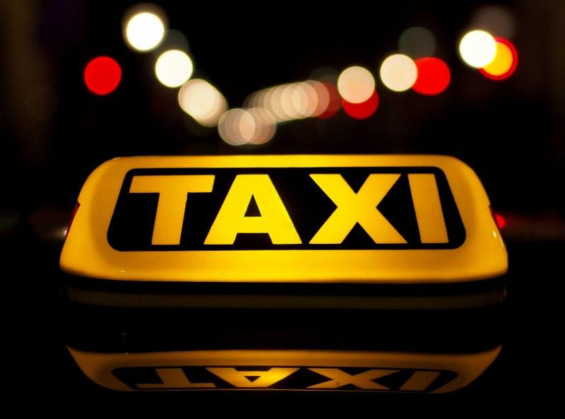 Психично болна сви такси в Кюстендил, финтира катаджии на кръгово… Спряха я!