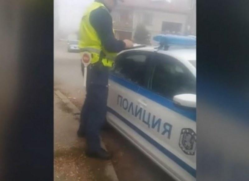 Шофьор на тротоара, а полицай се кани: Ще започне порно в пълен сценарий!