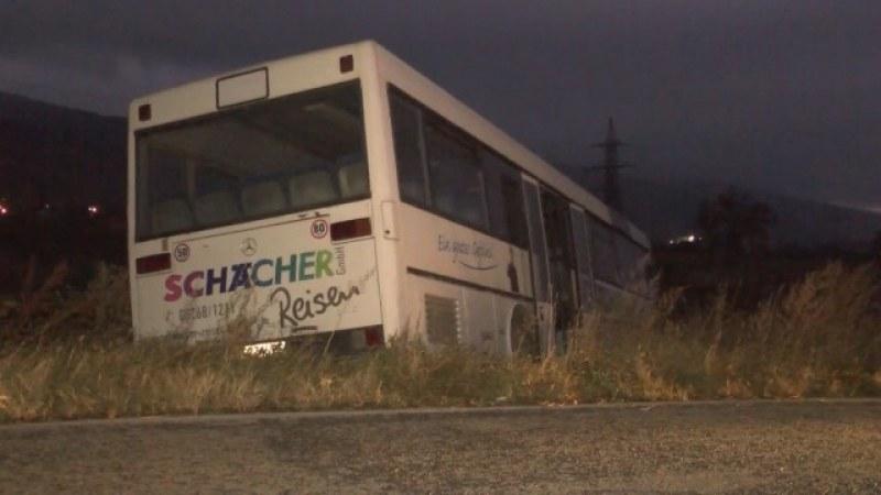 Автобус с пътници катастрофира на край Шипка. На шофьора му прилошало!