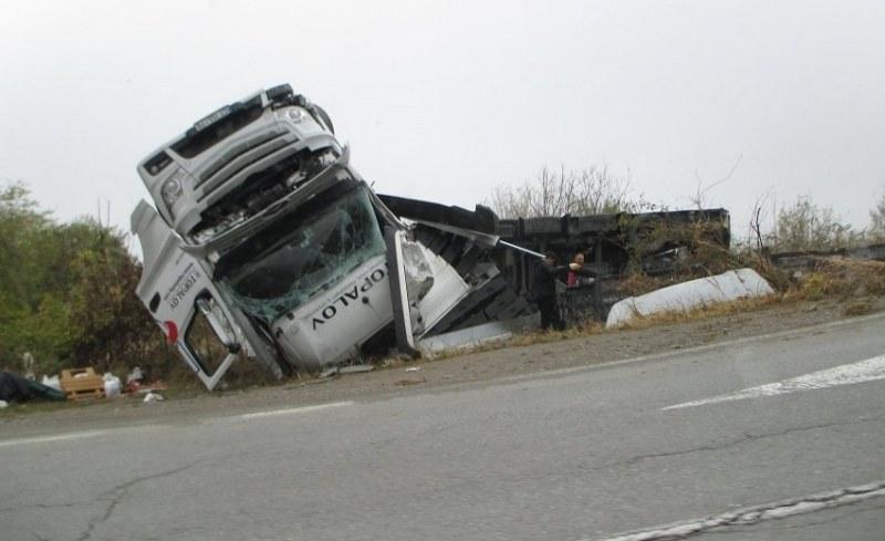 Два тира се блъснаха и обърнаха на Е-79 между Монтана и Видин!