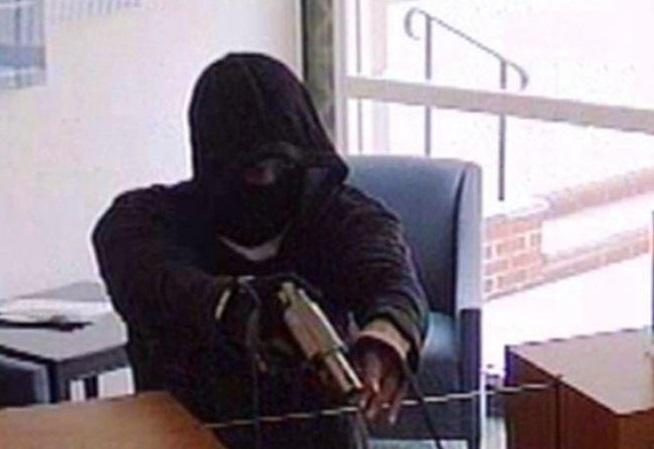 Маскиран с пистолет нахлу в столична банка. Задигна 1000 лева, търсят го!