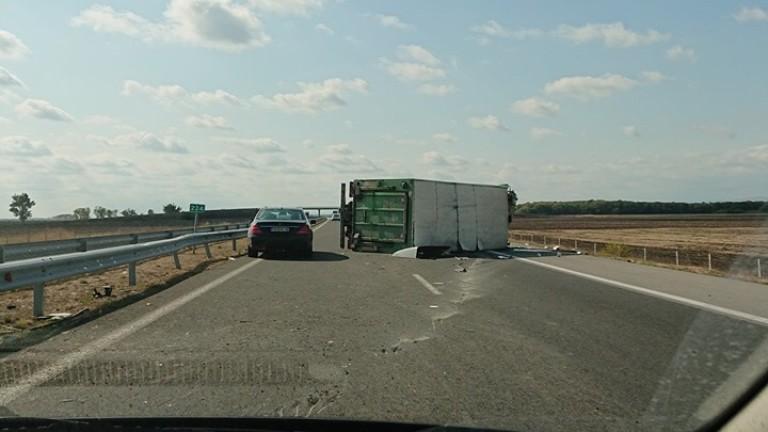 Камион превозващ фураж се обърна край Велико Търново, отнесе автобусна спирка