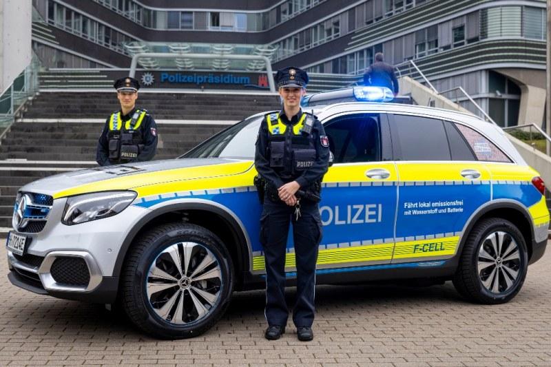 Първата водородна патрулка, че и управлявана от полицайка – Mercedes