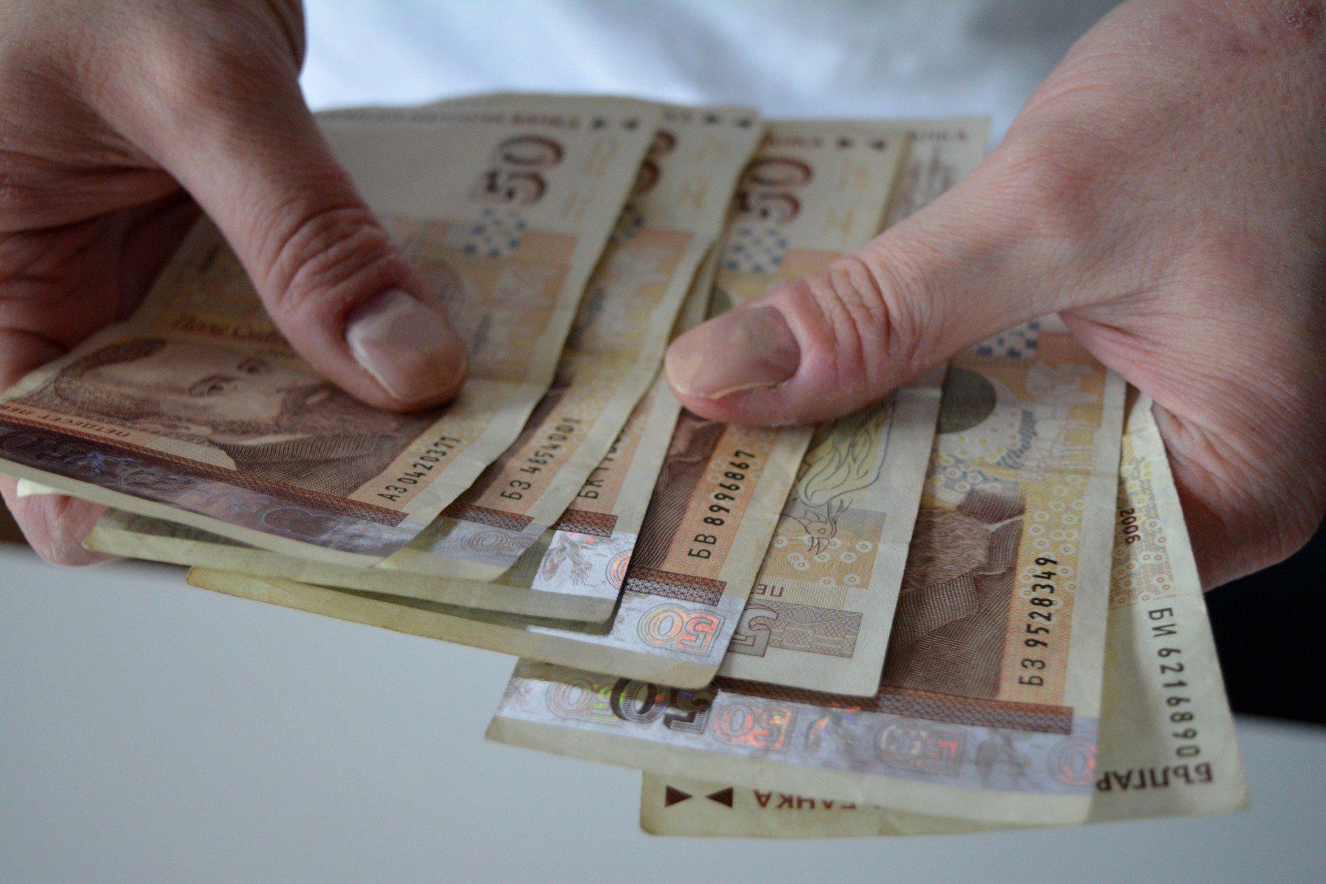 Средната заплата у нас спада, 1249 лева е! Кои взимат най-малко и най-много?