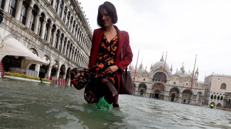 Венеция потъна! Остават 3 см до критичните 1,30 м ВИДЕО