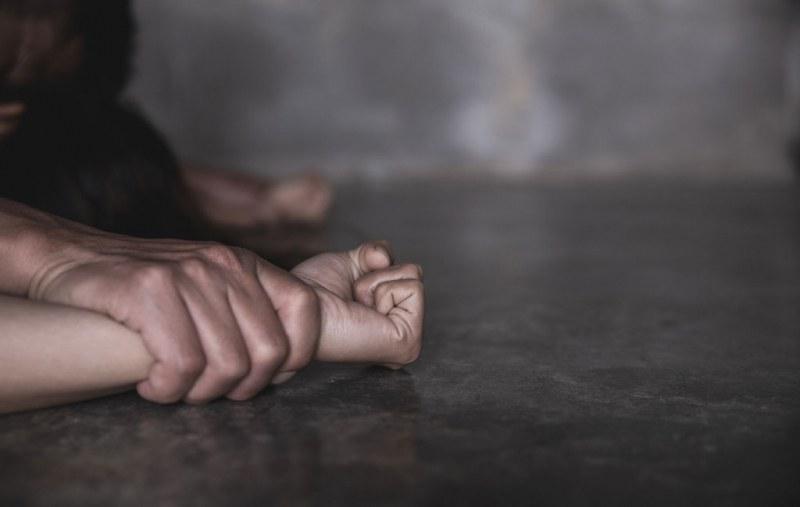 Мъж с брекети изнасили 13-годишно момиче в