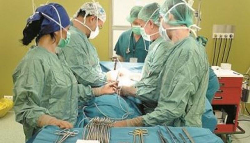 Уникална операция! Български хирурзи отстраниха 1 кг тумор от мозъка на мъж