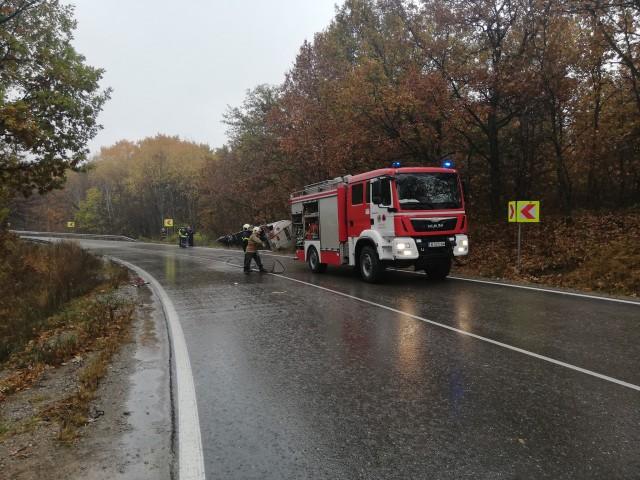 В дъжда – катастрофи с два тира затапиха международния път Е-79