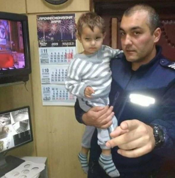Изгубено малко дете е намерено от полицаи до пицария! Кои са родителите му? ОБНОВЕНА