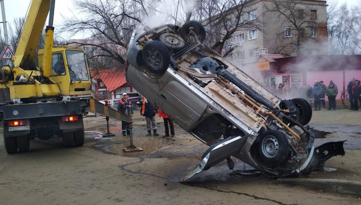 Трагедия! Кола пропадна в дупка, двама души бяха сварени живи с вряла вода ВИДЕО