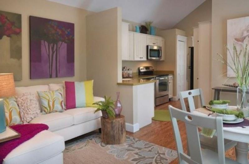 Свеж, цветен и артистичен интериор в малкото жилище. Вижте!